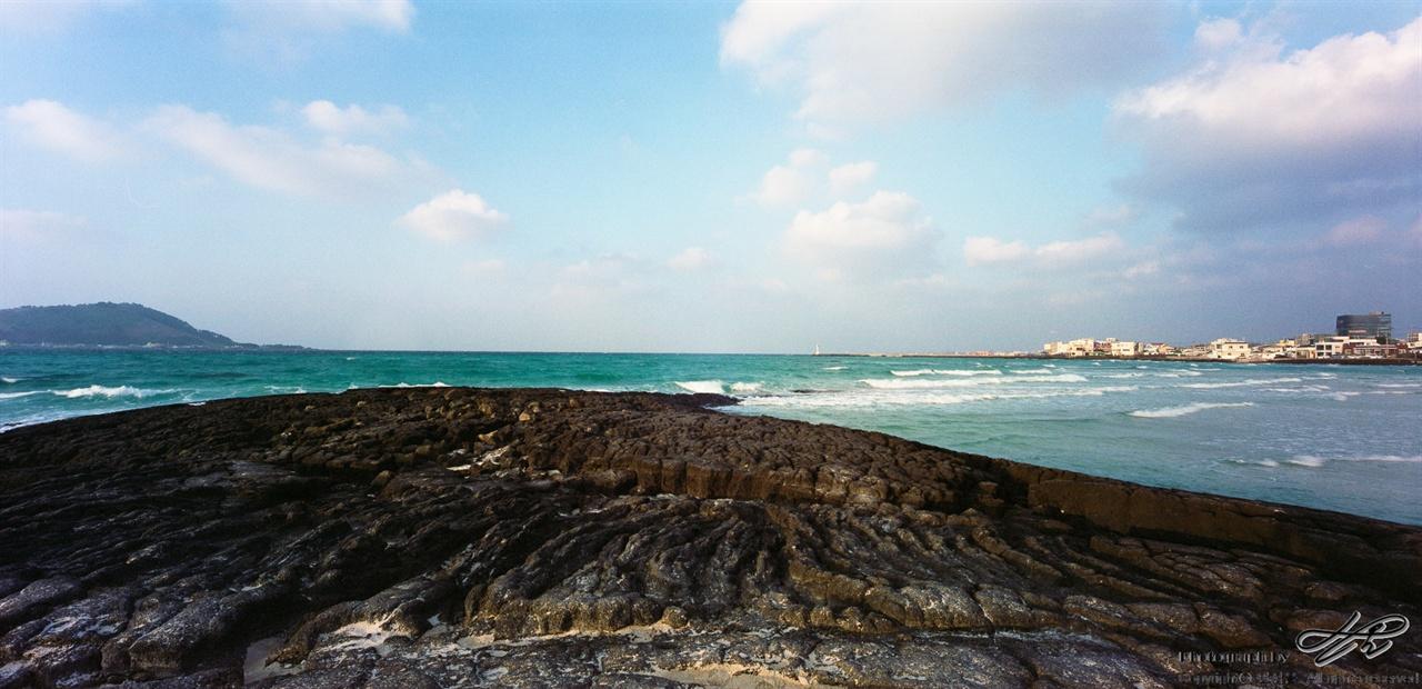 돌과 바다(2) (SW612/Pro400H)용암이 흐르면서 먼저 식은 부분에 막혀 주름이 지고, 그 형태로 굳은 모습. 현재의 파도와 과거 용암 파도와의 만남.