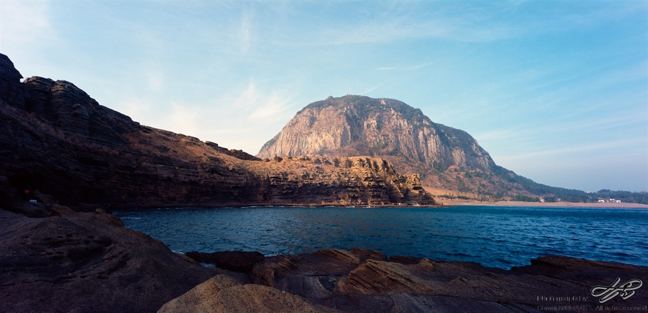 용머리해안과 산방산 (SW612/Pro400H)용머리해안 산책의 가장 극적인 순간. 절벽을 돌아 만나는 산방산의 모습.