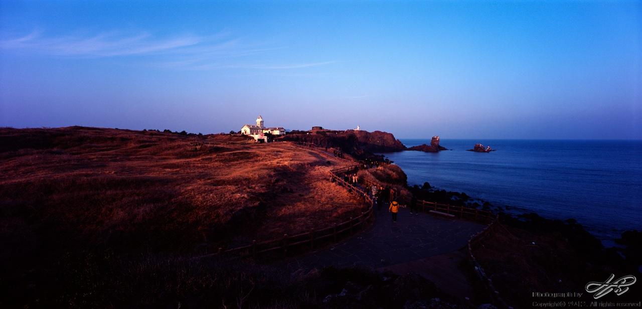 저녁, 섭지코지 (SW612/Ektar100)저녁 햇살을 받고 있는 섭지코지의 모습. 예전에 있었던 올인하우스는 과자집으로 바뀌었다.주변과의 조화는, 글쎄.
