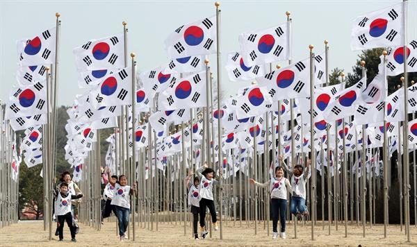 3.1절 100주년을 앞둔 24일, 역사 타방을 위해 충남 천안에 있는 독립기념관을 찾은 어린이들이 태극기 광장에서 기념사진을 남기고 있다. 2019.2.24