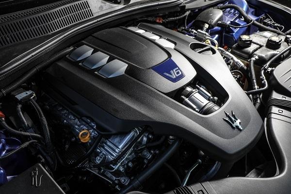 마세라티 기블리 S Q4의 V6 트윈 터보 엔진.