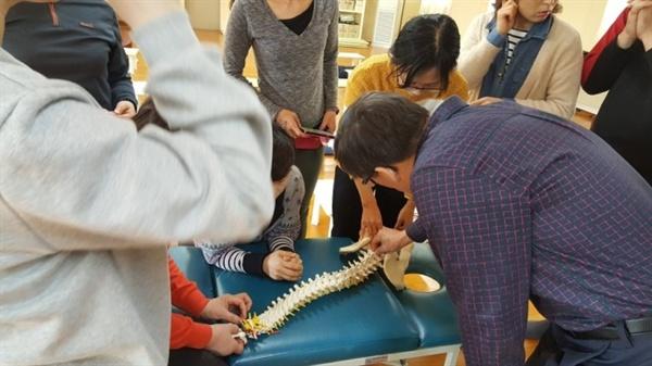 척추교정술 실습 대체의학 관련 대학원 자연치유학과에서 카이로프락틱, 척추교정술을 실습하는 장면.