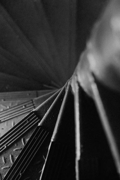 5층까지 연결된 철제 계단은 가파르고 차가웠다