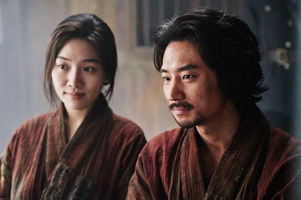 영화 <박열>에서 가네코 후미코 역을 맡은 배우 최희서(좌)와 박열 역을 맡은 배우 이제훈(우)