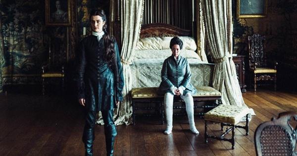 <더 페이버릿 : 여왕의 여자>는 18세기 영국 여왕 앤(올리비아 콜맨 분)이 의존했던 두 여인의 이야기를 기초로 하고 있다.