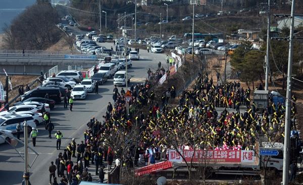 공주보 주차장에서 시민들이 철거반대 집회를 하고 있다. 사물놀이까지 동원된 이날 집회에는 500여 명이 참석했다.