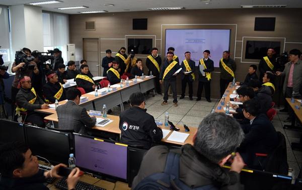 공주보 철거 반대 집회 주민들이 민관협의체가 열리는 공주보 사무실에 들어와 자신들의 입장을 전달하고 주민 대표와 민간위원들이 빠져나가면서 회의가 무산되었다.