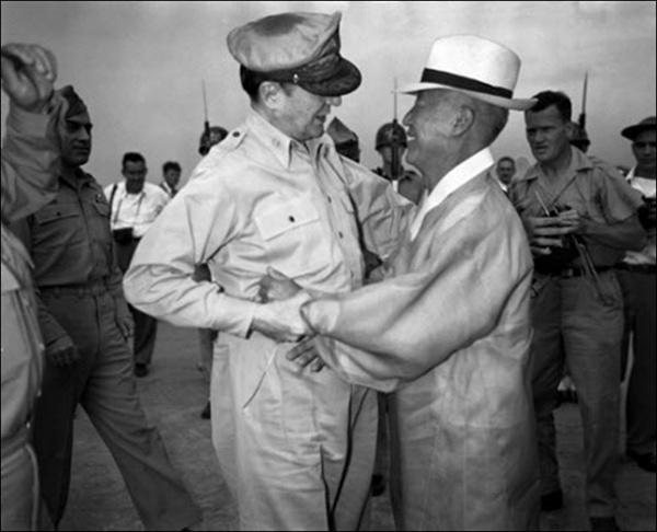 이승만 대통령과 맥아더 유엔사령관이 만나는 모습