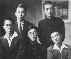 송몽규(앞줄 중앙)와 윤동주(뒷줄 오른쪽).
