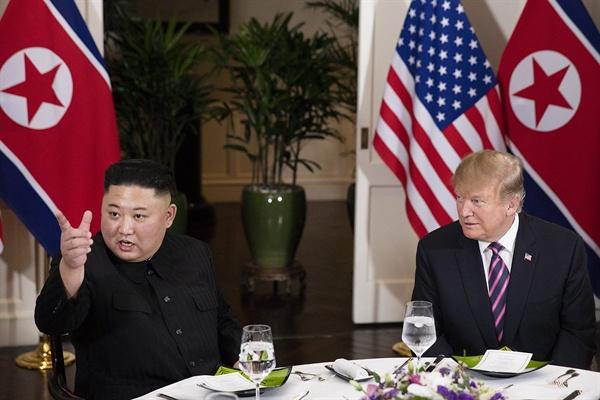 김정은-트럼프 만찬 김정은 국무위원장과 트럼프 미 대통령이 27일 오후 제2 북미정상회담장인 베트남 하노이 메트로폴 호텔에서 만찬을 하고 있다.