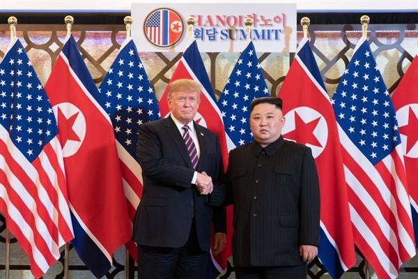 2차 북미정상회담 시작 트럼프 미 대통령과 김정은 국무위원장이 27일 오후 제2 북미정상회담장인 베트남 하노이 메트로폴 호텔에서 만찬에 앞서 만나고 있다.