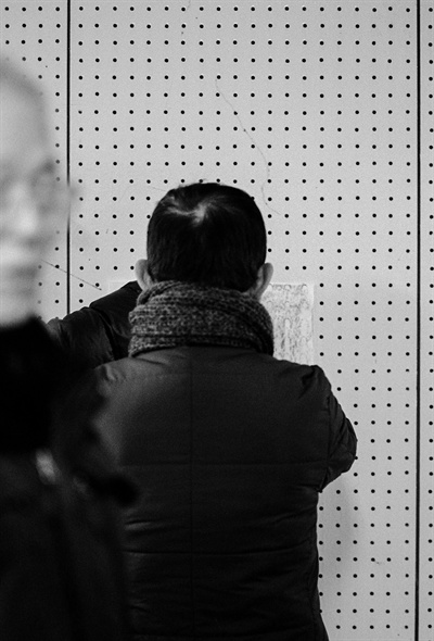 남영동 대공분실 조사실 방음벽을 탁본하는 최양준