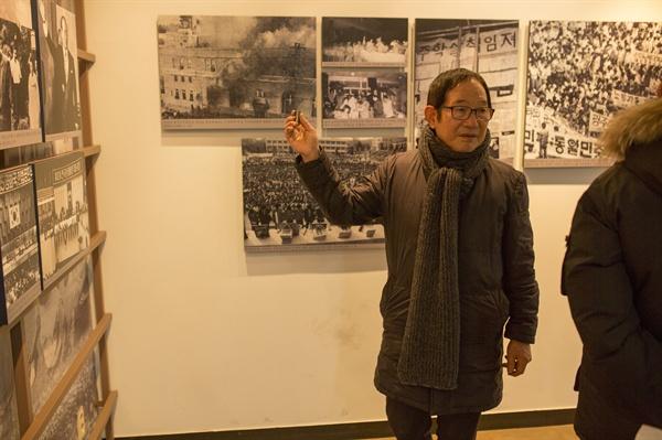 4층 박종철기념관 내의 80년대 광주민주화 운동 사진 앞에서 회고하는 최양준