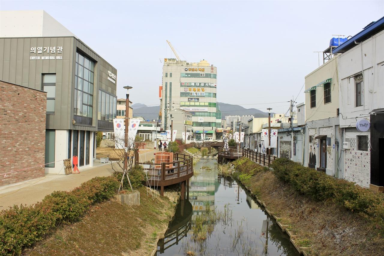 해천 항일운동거리의 모습. 좌측에는 김원봉 선생의 생가터에 개장한 의열기념관이 있다.