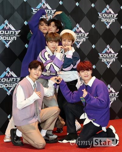'엠카' 세븐어클락, 24시간 책임질게! 보이그룹 세븐어클락이 28일 오후 서울 상암동 CJ ENM에서 열린 <엠카운트다운> 포토월 행사에서 포즈를 취하고 있다.