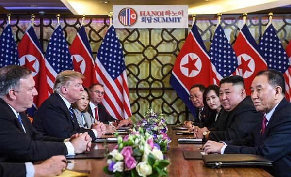 """제2차 북미정상회담 이튿날인 28일(현지시간) 도널드 트럼프(왼쪽) 미국 대통령과 김정은(오른쪽) 북한 국무위원장이 베트남 하노이의 소피텔 레전드 메트로폴 호텔에서 회담 도중 심각한 표정을 하고 있다. 백악관은 예정보다 일찍 종료된 2차 북미 정상회담과 관련, """"현시점에서 아무런 합의에 도달하지 못했다""""고 밝혔다."""