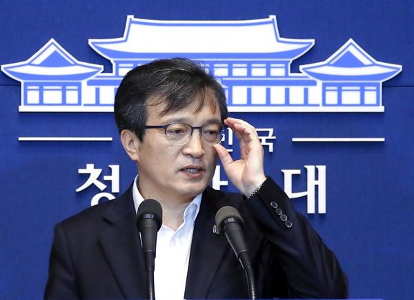 청와대 김의겸 대변인이 28일 오후 춘추관에서 북미정상회담 관련 브리핑을 하고 있다.