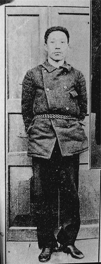 안중근 의사가 이토히로부미를 저격한 의거 이후 심문을 받던 당시 찍은 사진. 의거 당시의 의복을 그대로 갖춰 입고 있다. 이 사진은 도다 관장이 중국 당안국 창고에서 발굴한 기록물이다.