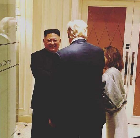 """합의 불발로 끝났건만, 환하게 웃고 있는 김정은 북한 국무위원장 2차 북미정상회담이 아무런 합의 없이 끝난 후 새라 샌더스 백악관 대변인이 인스타그램에 올린 사진. 대변인은 이렇게 덧붙였다. """"트럼프 대통령이 정상회담을 마치며 김정은 국무위원장에게 작별인사를 하고 있다. 워싱턴늘 향해 출발!"""""""