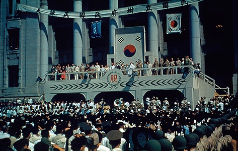 대한민국 정부수립 경축식 전경 (1948) 1948년 8월 15일 광복절에서 이승만 대통령은 정부수립일임을 명확히 했다.