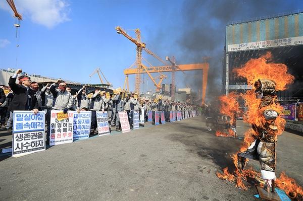 전국금속노동조합 경남지부 대우조선지회는 '매각 반대 집회'를 벌이는 등 투쟁을 이어가고 있다.