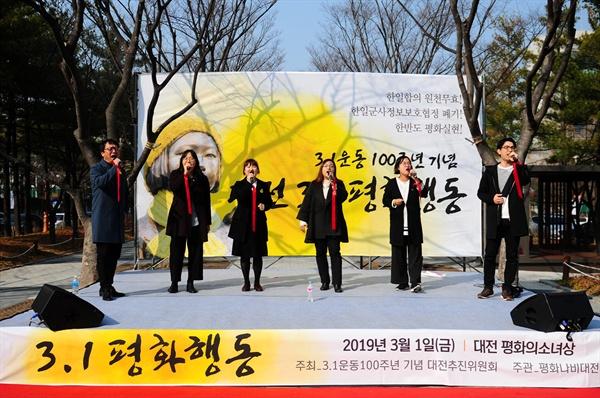 대전청년회 노래모임 '놀'이 노래 공연을 하고 있다. '놀'은 '격문'과 창작곡인 '통일의 바람아 불어라'를 불렀다.