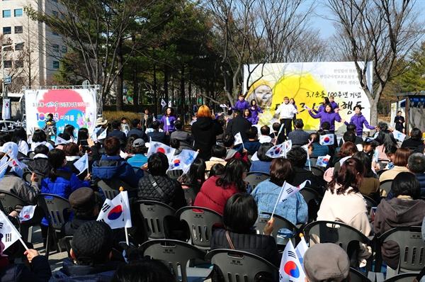 3월 1일 오후 2시, 대전평화의 소녀상 앞에서는 3.1운동 100주년 기념 '대전3.1평화행동'이 진행되었다. 무대에서 대전여성단체연합과 여성인권 티움의 활동가들이 '바위처럼' 노래에 맞춰 율동공연을 하고 있다. 왼편으로 평화의 소녀상이 보인다.