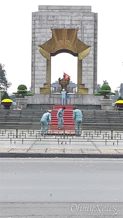 베트남 하노이 바딘광장에 있는 국가열사기념비.