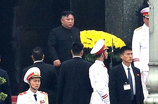 호치민묘 참배한 김정은 위원장 김정은 북한 국무위원장이 2일 오전 베트남 하노이 호치민묘를 참배하고 묘역을 나서고 있다.