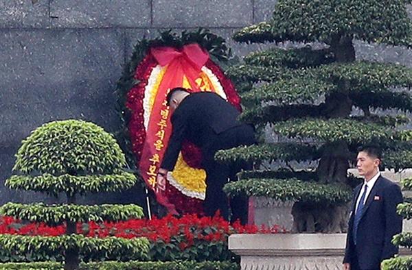호치민묘 헌화하는 김정은 위원장 김정은 북한 국무위원장이 2일 오전 베트남 하노이 호치민묘를 참배하며 헌화하고 있다.
