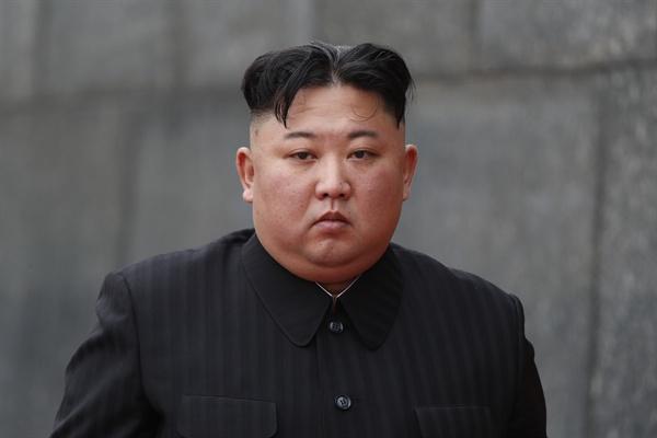 호치민 묘소의 김정은 위원장  북한 김정은 국무위원장이 2일 베트남 하노이 호찌민묘를 참배하고 있다.