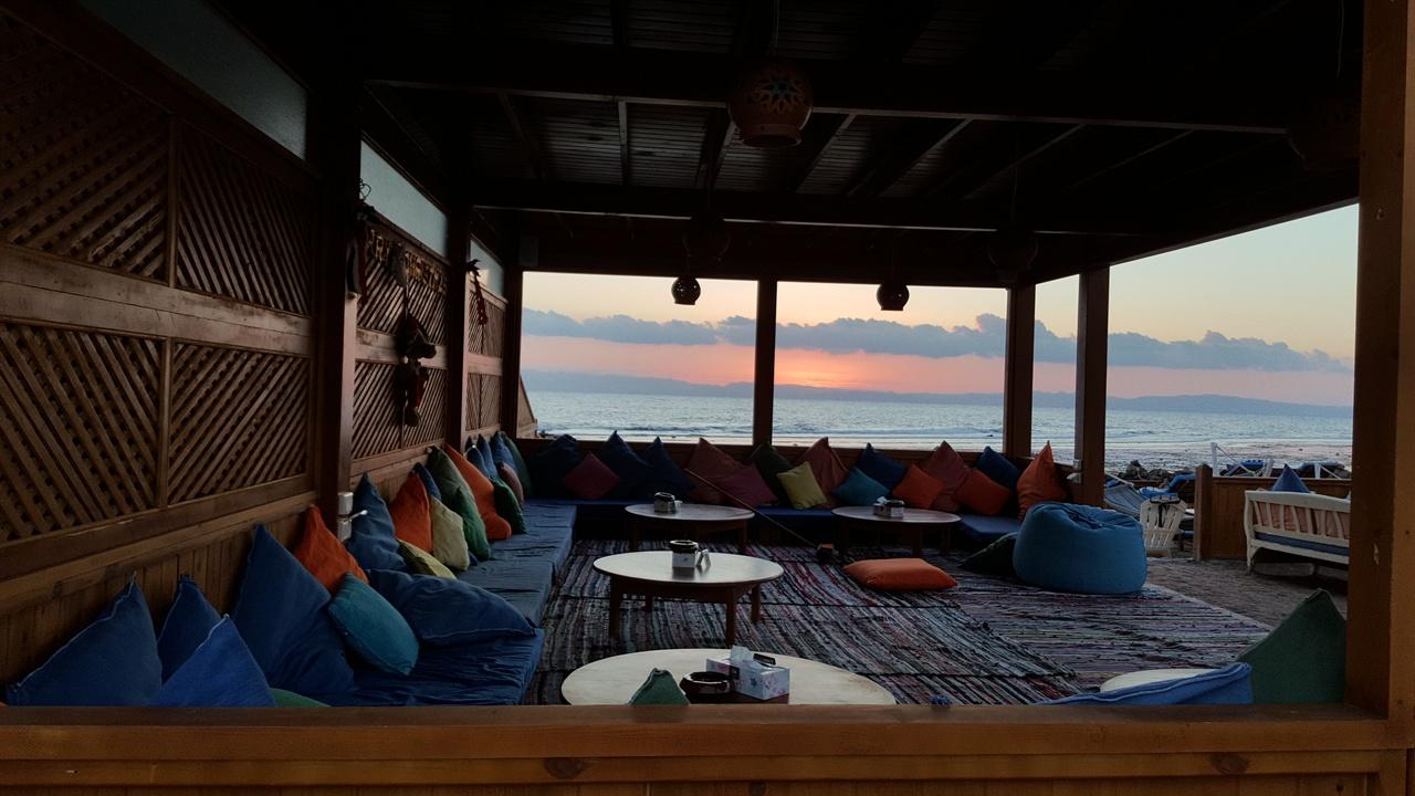 이른 아침 해안가 카페는 전날 밤과 사뭇 다른 분위기이다.