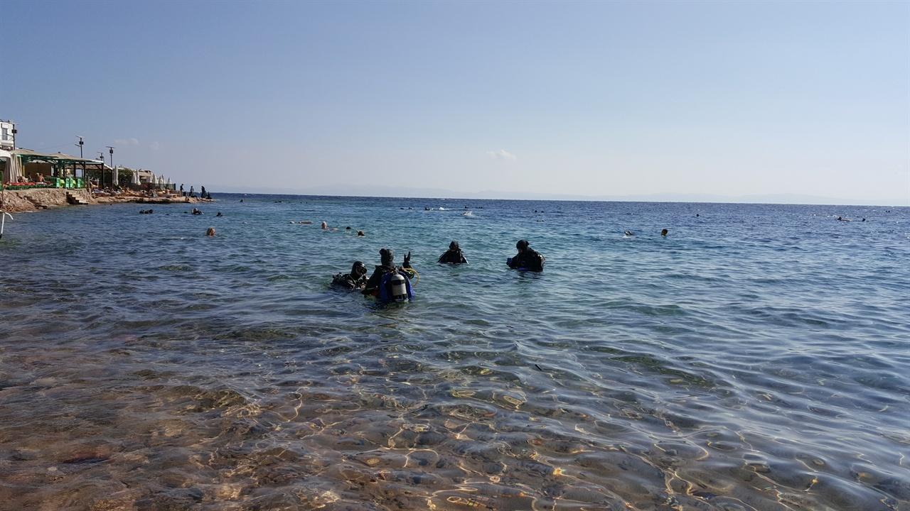 다합 인근 바닷가에서 스쿠버 다이빙 교육이 이루어지고 있다.