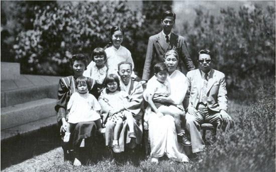 우사 김규식(앞줄 왼쪽 두 번째) 박사가 손녀 김수옥 회장을 안고 찍은 가족 사진.