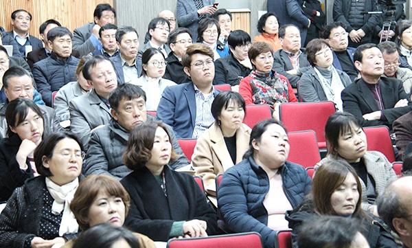 '지속가능한 물자치권 확보방안' 의정토론회에 참석한 주민들이 진지한 표정으로 경청하고 있다.