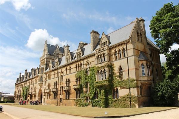 영국의 옥스퍼드, 케임브리지와 미국의 하버드 등 선진국 명문대학은 대부분 수도가 아닌 지방의 작은 도시에 있다. 사진은 옥스퍼드 대학교