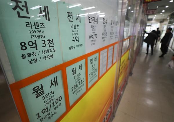 집값 하락세가 이어지면서 지난달 서울 아파트 전세거래는 늘고, 매매거래는 역대 최저 수준으로 줄어든 것으로 나타났다. 1일 서울부동산정보광장에 따르면 지난달 서울 아파트 전월세 거래량은 총 1만9천633건으로 지난 1월(1만7천795건)에 비해 10.3%가량 증가했다. 사진은 3일 오후 서울 시내 부동산 중개업소. 2019.3.3