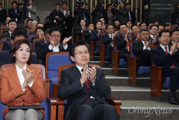 의총 참석한 황교안  자유한국당 황교안 대표가 5일 오후 국회에서 열린 의원총회에서 박수치고 있다. 황 대표의 의원총회 참석은 취임 후 이번이 처음이다. 왼쪽은 나경원 원내대표.