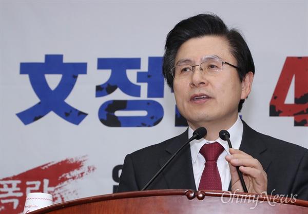 의총장 마이크 앞에 선 황교안 자유한국당 황교안 대표가 5일 오후 국회에서 열린 의원총회에 참석해 인사말 하고 있다.
