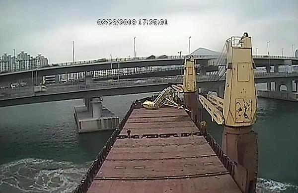 부산해양경찰서는 지난 28일 오후 요트와 광안대교를 충돌한 러시아 화물선 씨그랜드호의 조타실 음성이 담긴 운항 CCTV 영상을 5일 공개했다. 사고 당일 오후 오후 4시 20분께 선박이 광안대교를 충돌하던 모습.