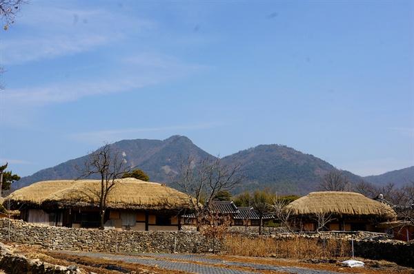 외암마을 정경   설화산 아래 동서로 길게 자리 잡은 마을이다. 눈송이 닮은 초가집과 반듯한 기와집이 어깨를 나누며 옹기종기 모여 살아온 지 500년이 넘었다.