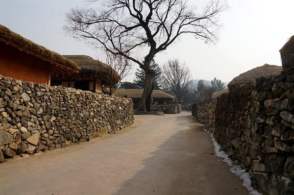 외암마을 돌담길 신창댁에서 시작한 돌담은 온 마을을 돌아 동쪽 깊숙이 외암종손댁까지 뻗었다. 그다지 높지 않고 두툼하다.