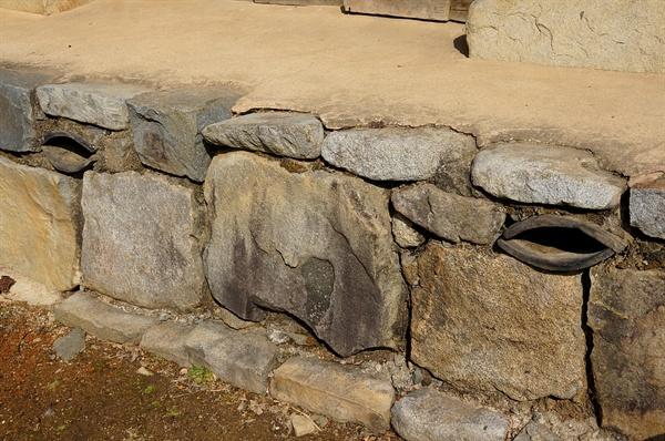 참판댁 굴뚝 기와 두 개로 기단에 연기구멍을 낸 기단 굴뚝이다. '퇴호거사'의 의미와 잘 어울린다.