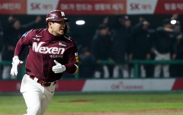 지난해 11월 2일 열린 당시 넥센 히어로즈와 SK 와이번스의 경기에서, 김민성이 우중간 2루타를 친 뒤 베이스를 돌고 있다.