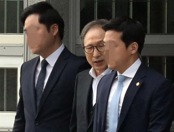 뇌물·횡령 등 혐의로 1심에서 징역 15년을 선고받은 이명박 전 대통령이 6일 항소심에서 보석(보증금 등 조건을 내건 석방)으로 풀려나 서울 동부구치소를 나서고 있다. 2019.3.6