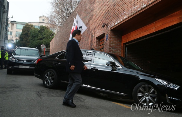 보석 석방된 이명박 자택 도착 구속 349일만에 보석으로 석방된 이명박 전 대통령을 태운 승용차가 6일 오후 서울 논현동 자택으로 들어가고 있다.