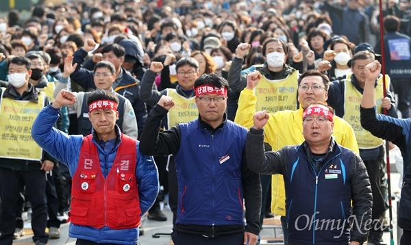 민주노총 부산본부는 6일 오후 부산시청 광장에서 총파업 결의대회를 열었다. 결의대회에 참석한 노동자들이 구호를 외치고 있다.