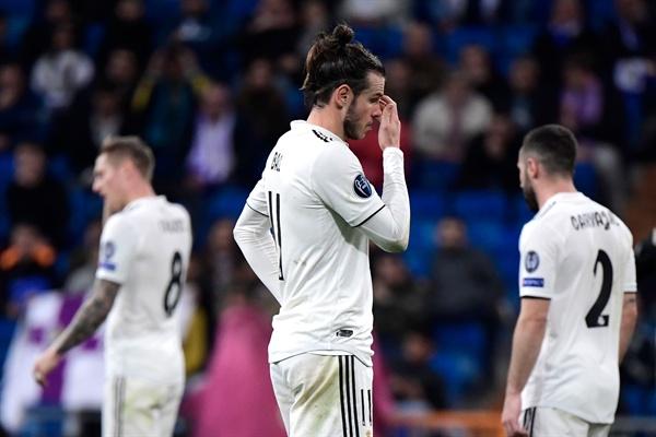 6일(한국 시각) 스페인 마드리드에서 열린 유럽축구연맹(UEFA) 챔피언스리그 16강 2차전에서 아약스에 패배한 레알 마드리드 선수들이 허탈해 하고 있다.