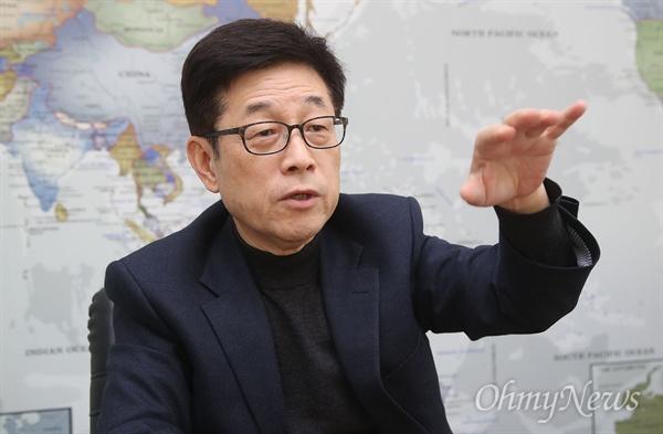"""장재연 환경운동연합 공동대표는 """"우리 정부는 중국 탓만 할 것이 아니라 공약대로 미세먼지 배출량을 줄이기 위해 노력을 해야 한다""""라며 """"국민들이 함께 동참해 풀어 나가야 한다""""고 말했다."""