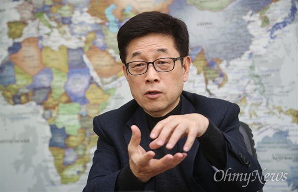"""장재연 환경운동연합 공동대표가 22일 오후 서울 서초구 재단법인 '숲과 나눔' 사무실에서 <오마이뉴스>와 만나 """"미세먼지를 피하는 것이 중요한 것이 아니라 줄이는데 역량을 더 집중해야 한다""""고 지적했다."""